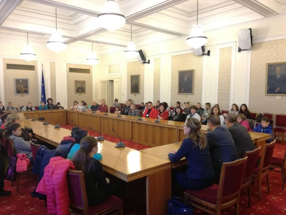 """Ученици от ОУ """"Иван Хаджийски"""" на заседание в парламента"""