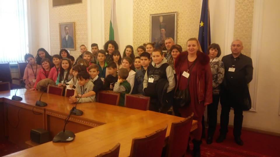 """Ученици от ОУ """"Иван Хаджийски"""" в парламента"""