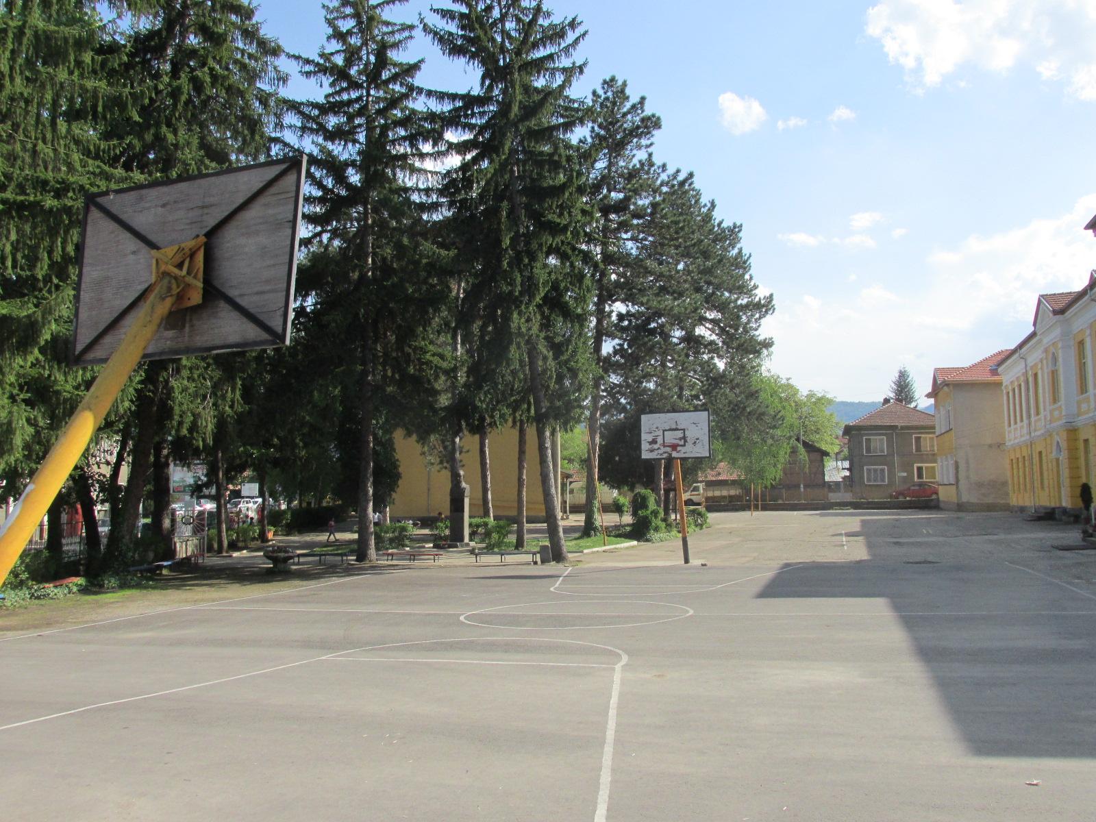 "двор на ОУ""Иван Хаджийски"""