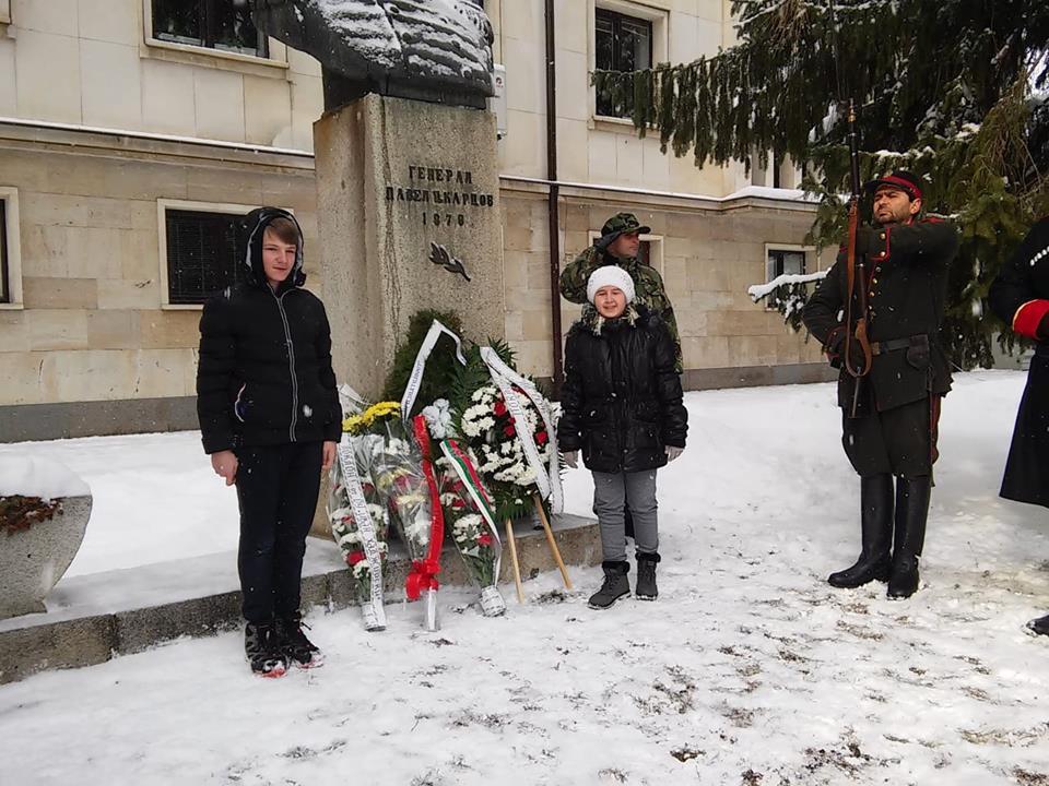 """Ученици и учители от ОУ """"Иван Хаджийски"""" също поднесоха цветя в знак на признателност към паметта на героите."""