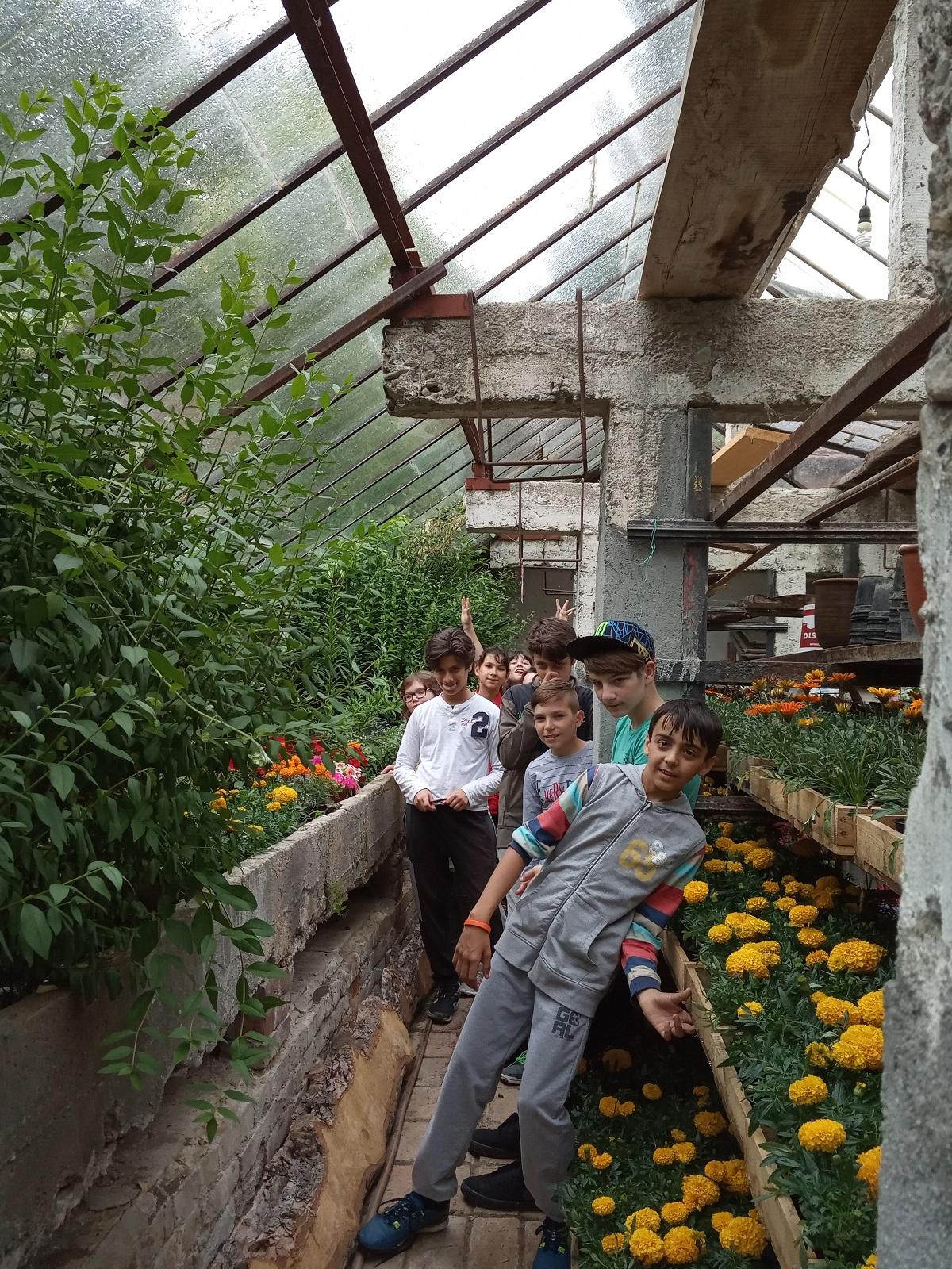 """Почистване на  градската градинка, която се намира пред оранжерията в Троян от ученици на ОУ""""Иван Хаджийски"""" - Троян"""